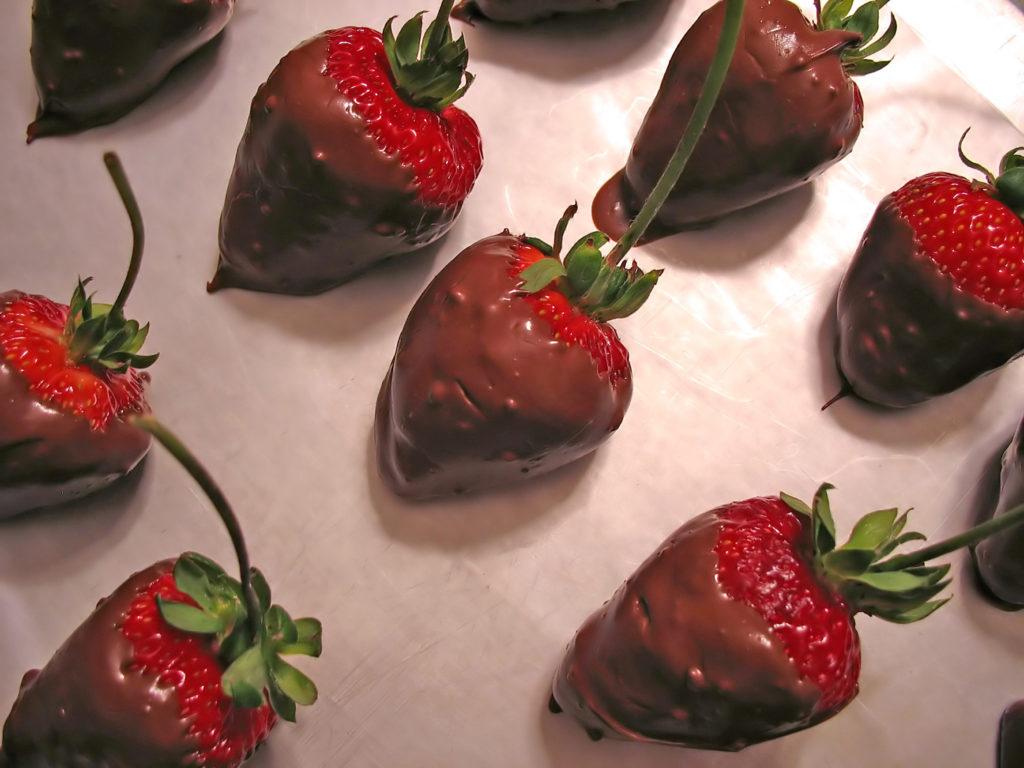 owoce w polewie czekoladowej